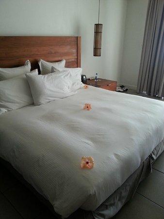 Hilton Fiji Beach Resort & Spa: Lge bed