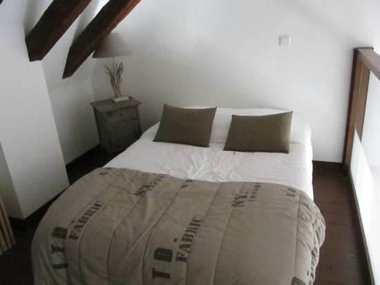 Le XII de Luynes : Queen sized bed on the loft