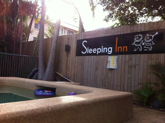 Sleeping Inn Backpackers: Pool area
