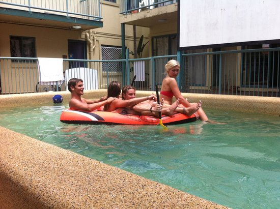 Sleeping Inn Backpackers: Enjoying the pool!
