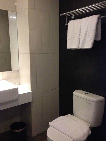 ARTOTEL Thamrin - Jakarta: The toilet