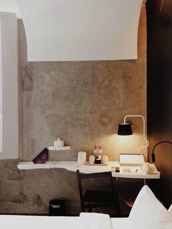 ARTOTEL Thamrin - Jakarta: The side table