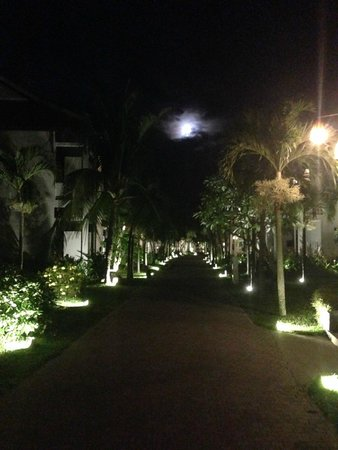 Hoi An Beach Resort: Hotel grounds at night
