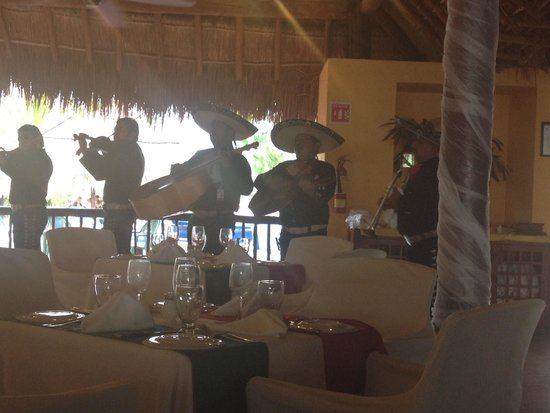 Allegro Cozumel : Live music at dinner in the Mexican Restaurant