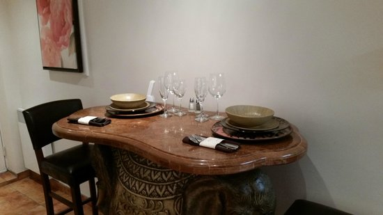 Hotel Kutuma : Dining Table