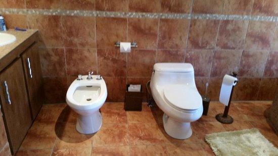 Hotel Kutuma: Bidet and toliet