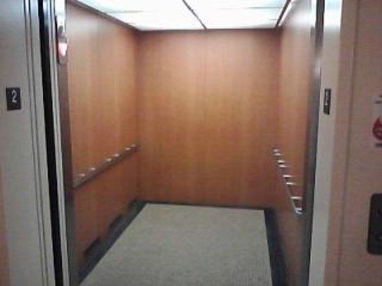 Klopfenstein Inn And Suites: Elevator