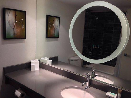 Hyatt Regency Vancouver: Nice bathroom with backlit mirror