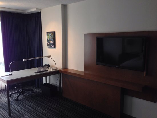Hyatt Regency Vancouver: Room desk and tv