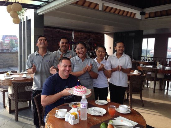 Aria Exclusive Villas and Spa: Staff baked cake and singing happy birthday
