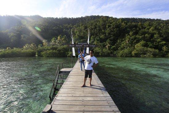Raja Ampat Dive Lodge: Sesuasi berenang di dekat dermaga