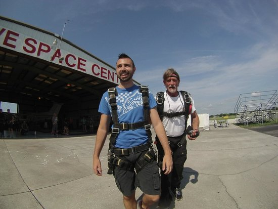 Skydive Space Center: Walking to plane