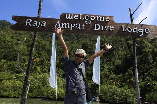 Raja Ampat Dive Lodge: di depan papan nama selamat datang