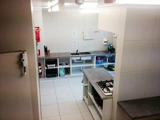 Aquarius Backpackers: kitchen