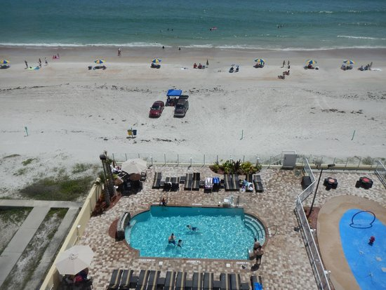Hampton Inn Daytona Beach/Beachfront: Pool and view