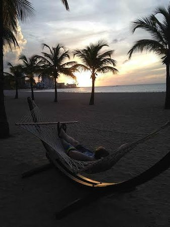 Courtyard by Marriott Isla Verde Beach Resort: Hammocks on the beach are a nice touch!