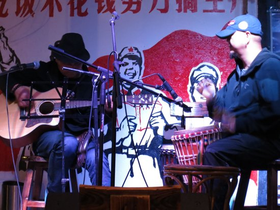Shuhe Lijiang K2 International Youth Hostel : musicians on the stage at the hostel