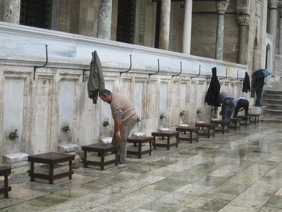 Mezquita de Suleiman o Mezquita de Süleymaniye: Washing up before prayers