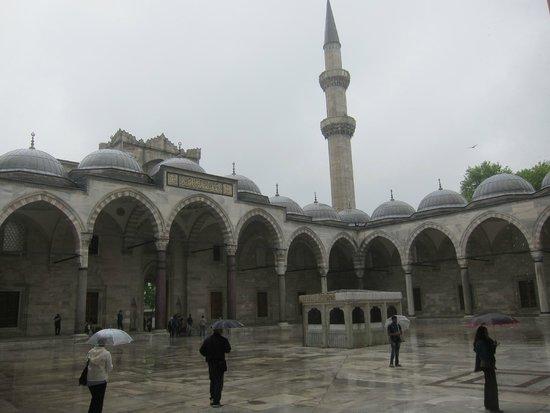 Mezquita de Suleiman o Mezquita de Süleymaniye: The courtyard