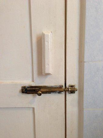Thande Hotel Bagan : Toilet door latch