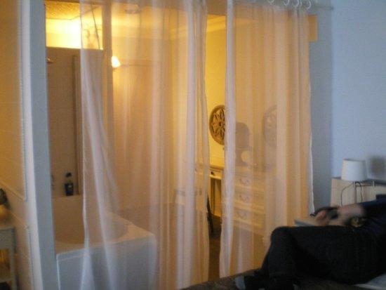 Floris Karos Hotel: The bathroom