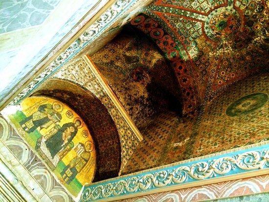 Musée et basilique Sainte-Sophie : The mosaic ceiling above the exit