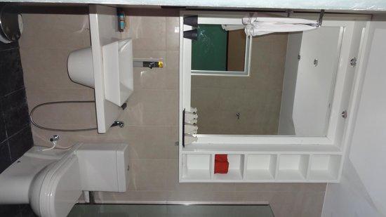 Meeru Island Resort & Spa : The bathroom.