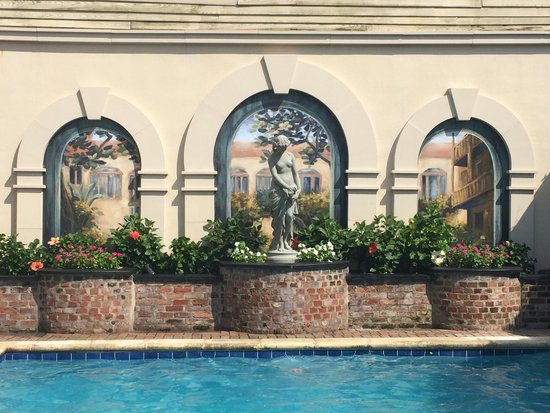 Avenue Plaza Resort : Painting and statue by the pool so beautiful.
