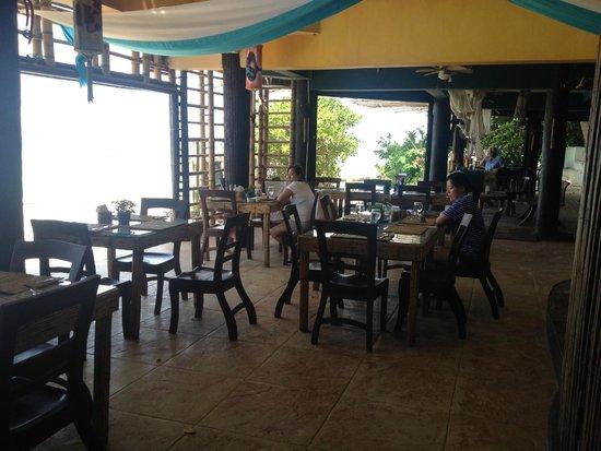 Boracay Terraces Resort: Indoor restaurant with beach view