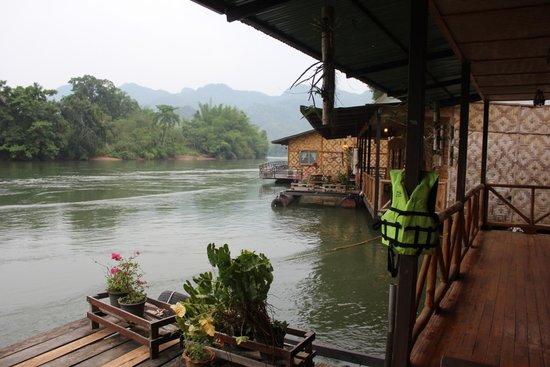 River Kwai Jungle Rafts Resort: des gilets de sauvetage mis à notre disposition