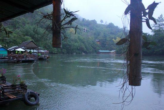 River Kwai Jungle Rafts Resort: vue de notre lodge sur la rivière kwai