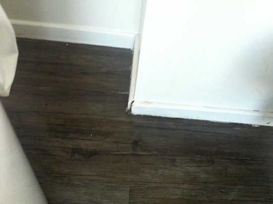 Hotel Gabriel Paris: This is a photo of the baseboard in the washroom.