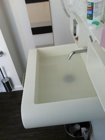 Hotel Gabriel Paris: This is a photo of the clogged sink.