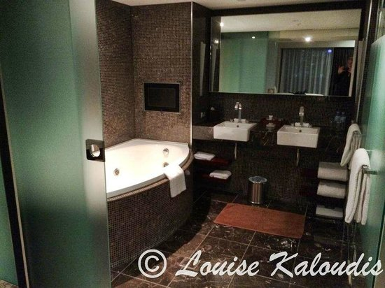 Astral Tower and Residences at The Star : Bathroom with Spa which is comfortable for 2