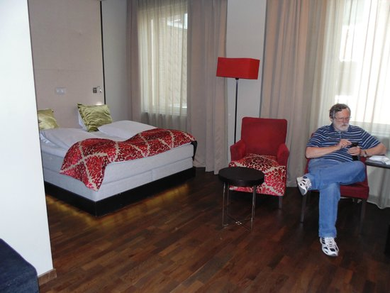 Clarion Collection Hotel Folketeateret: Our spacious room