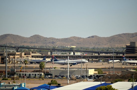 Hilton Garden Inn Phoenix Airport North : View from the south side