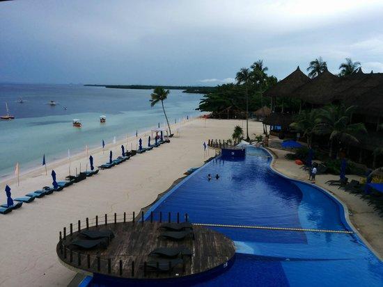 The Bellevue Resort Bohol : Stunning views of the pool and ocean