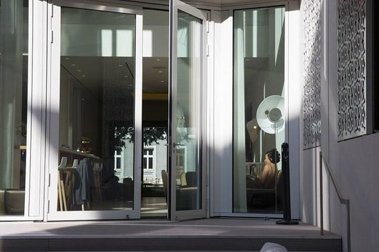 The Passage : Blick von der Terrasse ins Hotel