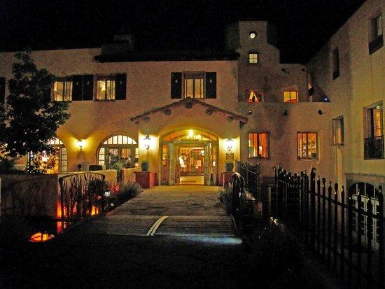 La Posada Hotel: La Posada entrance at night