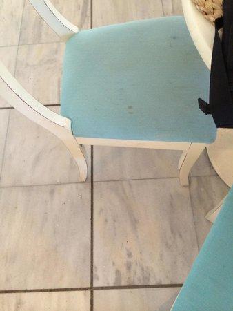 Porto Mykonos Hotel: Sporcizia su sedie tavoli colazione