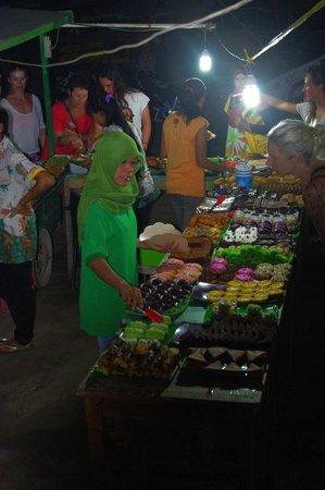 Gili Trawangan: Gili T night market...Green Cafe cakes!