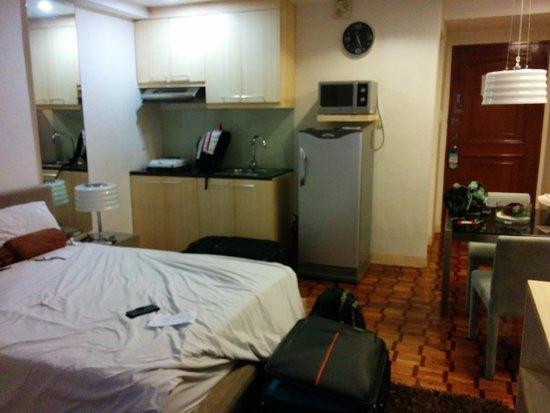 Prince Plaza II: Room with fridge, microwave and one hotplate