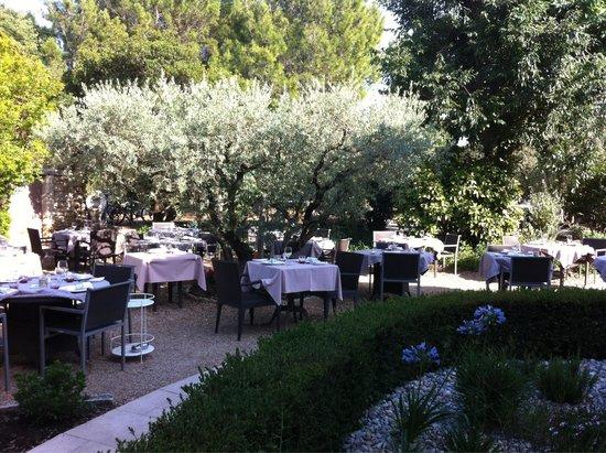 """Le Mas Des Carassins Hotel: Le jardin """"dressé"""" pour le dîner"""