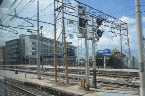 Grand Hotel Salerno: 列車内からみたホテル 外観