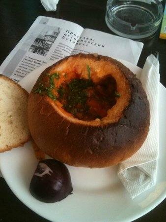 Caru' cu bere: Чорба: фасолевый суп в хлебе