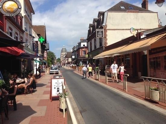 Camping La Vallée : A view of Houlgate main street with the patisserie