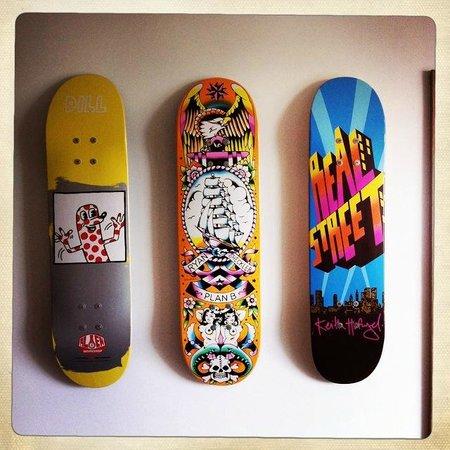 Tommy Jacks Beach Hotel: Skate decks decor
