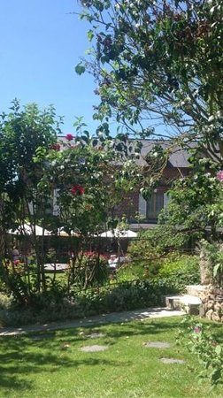 Auberge de la Source - Hôtel de Charme : vue du jardin et d une partie de l auberge