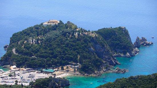 Paleokastritsa Beach : Вид на монастырь