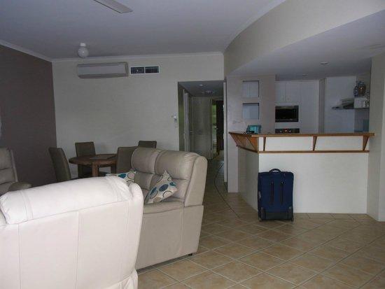 Coral Sands Beachfront Resort: Lounge/Kitchen